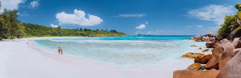 宽美丽如画的白色沙滩,塞舌尔,拉迪格岛,昂斯市椰树全景射击  结合enyoing的职业时间 免版税库存图片
