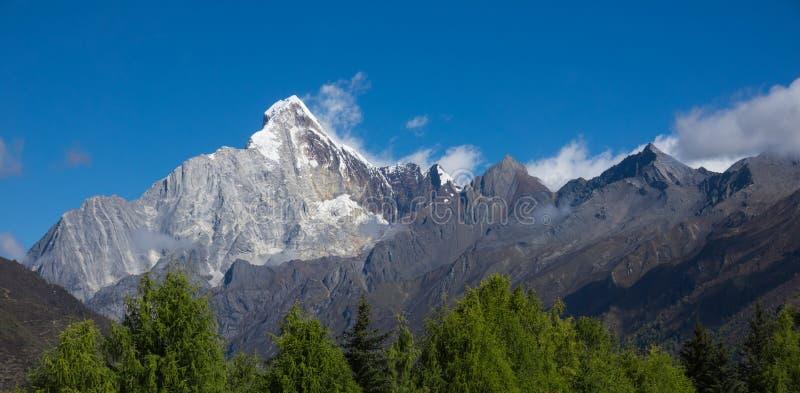 宽银幕雪山& x22; 四个女孩Mountain& x22;雪山山脉 库存照片