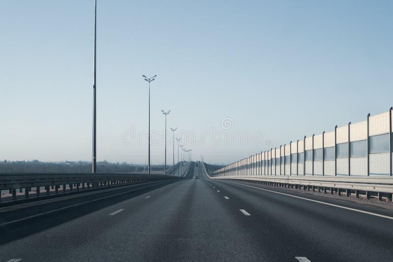宽高速公路 长的车行道 进入距离的路 免版税库存照片
