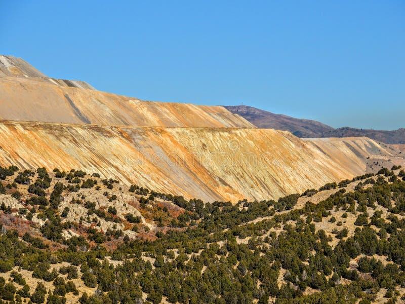 宾厄姆铜矿山的看法在远足罗斯峡谷黄色叉子的秋天秋天的,大岩石和Waterfork圈在落后 免版税库存照片