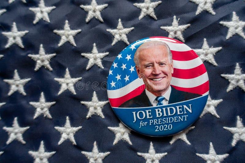 宾夕法尼亚州哈里斯堡 — 2019年10月2日 — 乔·拜登(Joe Biden)在美国国旗前的竞选按钮 选择性聚焦和深度 库存图片
