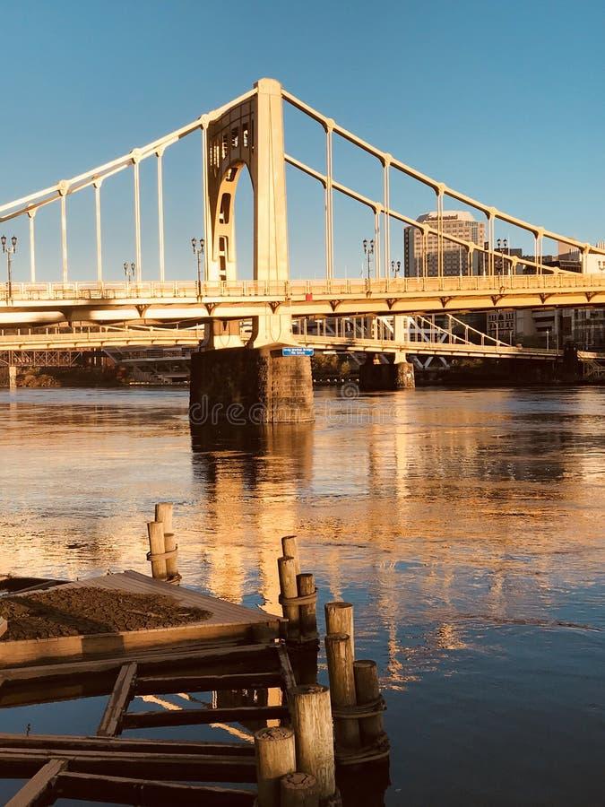 宾夕法尼亚-罗伯托・克莱门特桥梁反射在Allegheny河-匹兹堡上 免版税图库摄影