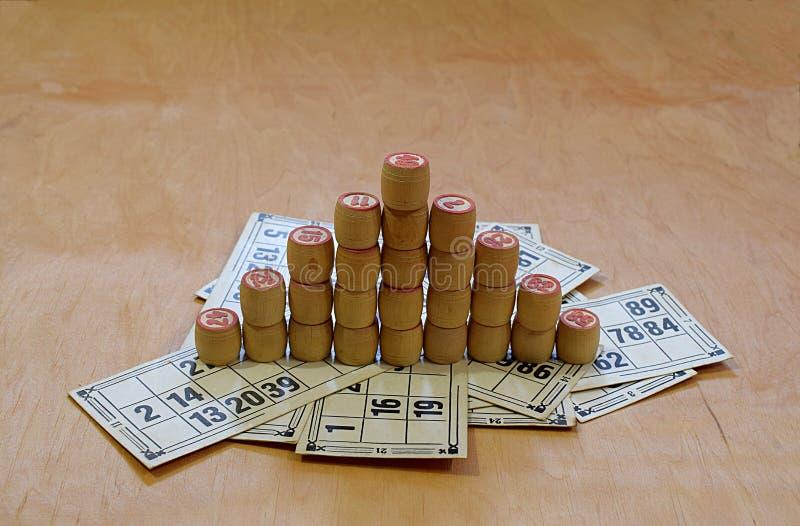 宾果游戏小桶金字塔在宾果游戏卡片的 免版税库存图片