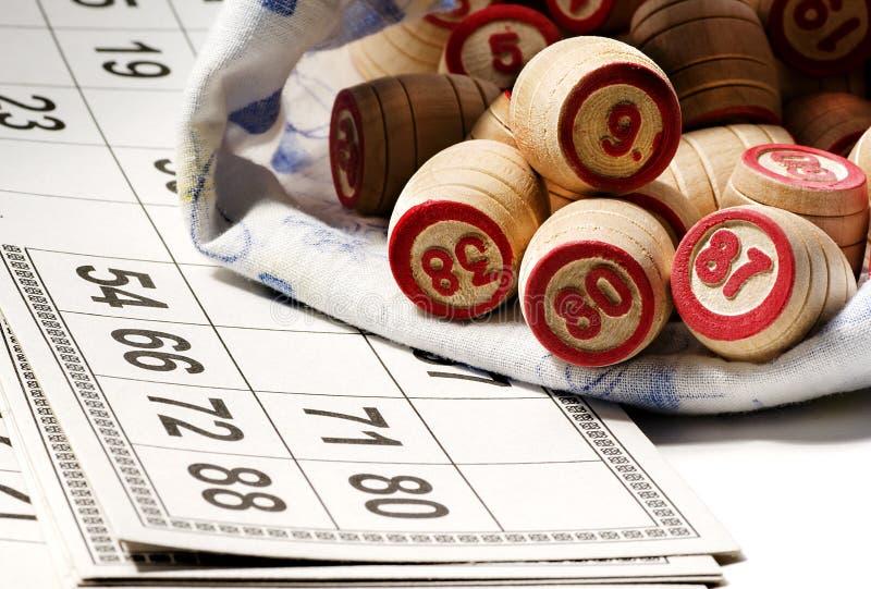 宾果游戏比赛-卡片和桶 免版税库存照片