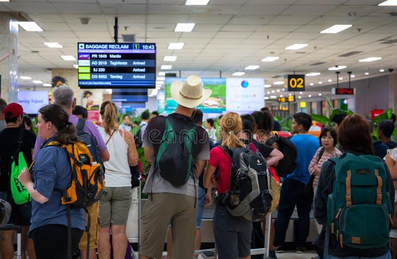 宿务,菲律宾- 2018年11月30日:旅游人群等待的护照管制 机场操作照片 库存图片