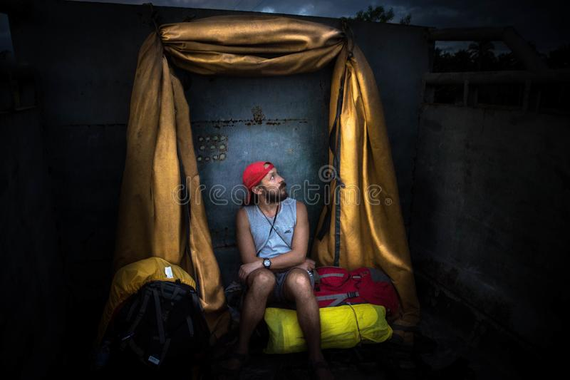 宿务/菲律宾11 11 2016年:圣洁旅行者骑马在汽车背面 免版税库存照片
