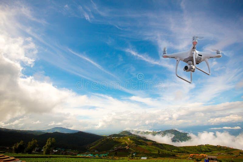 寄生虫与数字照相机的直升机飞行 与高分辨率数字照相机的寄生虫 库存照片