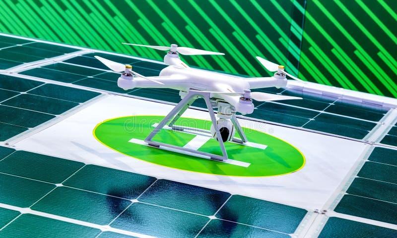 寄生虫准备好离开飞行高在空气,从上面采取照片和记录英尺长度 与四的白色quadcopter 免版税库存图片