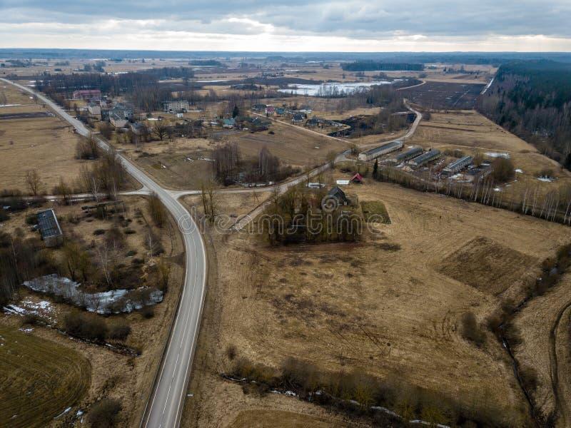 寄生虫图象 乡区鸟瞰图与房子和路netw的 免版税库存照片