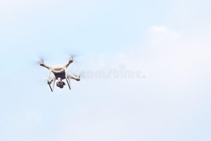 寄生虫在天空背景的直升机飞行 免版税库存图片