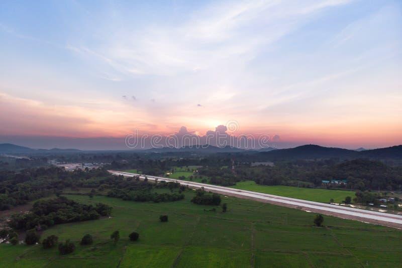 寄生虫射击鸟瞰图风景风景与晚上日落大气的农村农业米领域 图库摄影