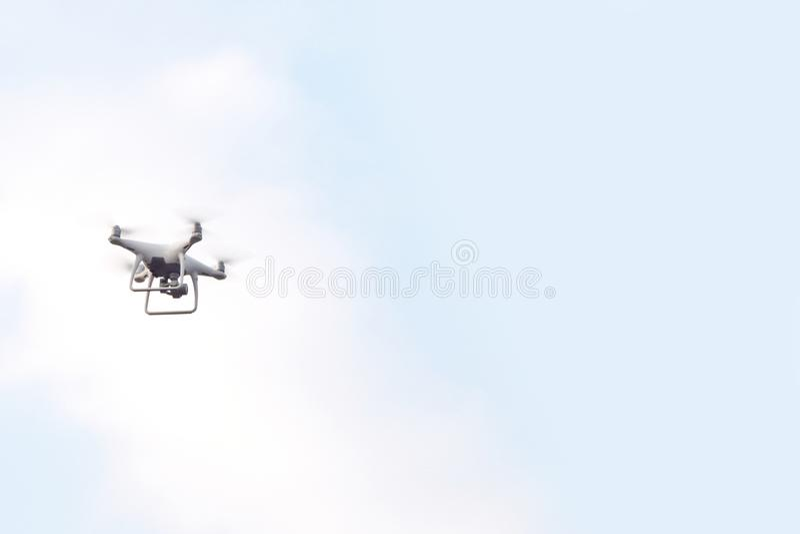 寄生虫直升机飞行有数字照相机和天空背景 免版税库存图片