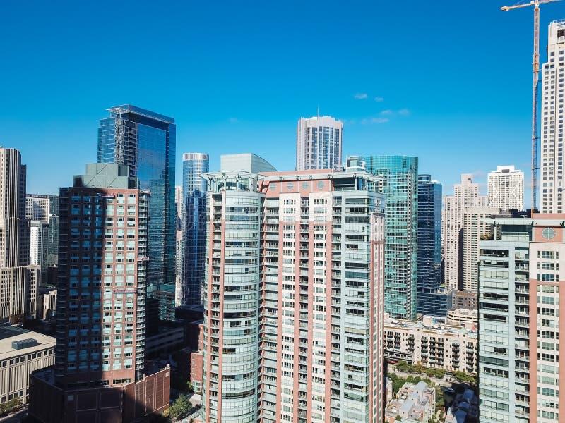 寄生虫视图特写镜头沿河步行的芝加哥摩天大楼 库存照片