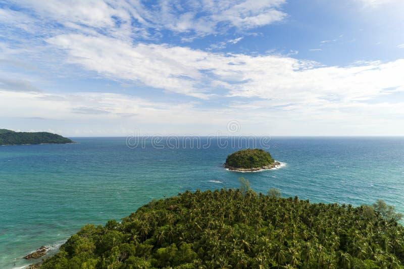 寄生虫鸟瞰图被射击有美丽的小海岛的热带海在普吉岛泰国 图库摄影