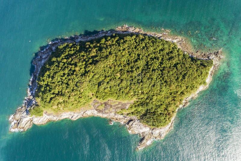 寄生虫鸟瞰图被射击有美丽的小海岛的热带海在普吉岛泰国 免版税库存照片