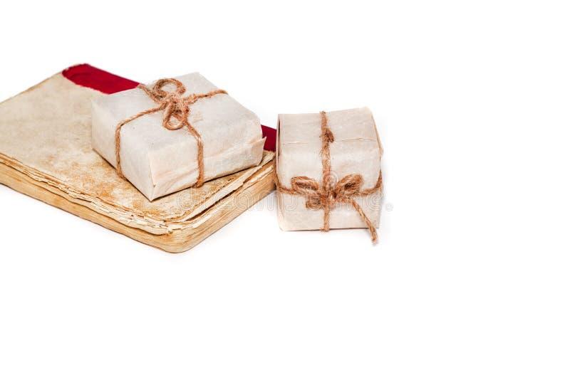 寄赠书美妙地包裹和包扎与在白色背景的丝带弓 免版税图库摄影