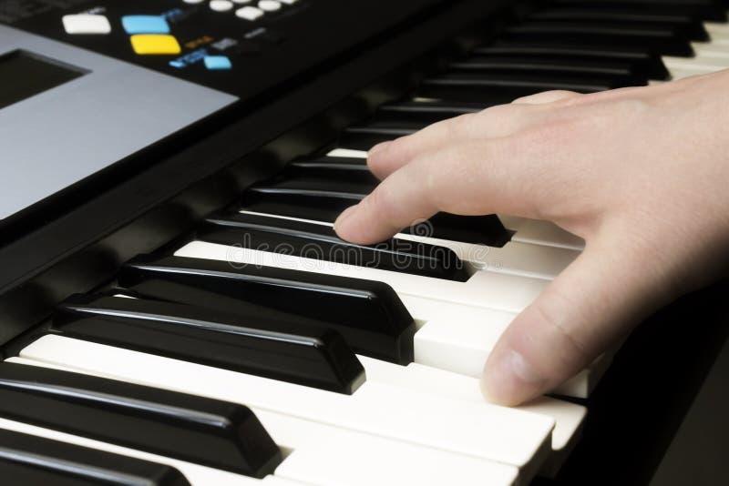 密地键盘合成器钢琴钥匙 乐器背景,音乐概念 白种人妇女音乐执行者的照片 库存照片