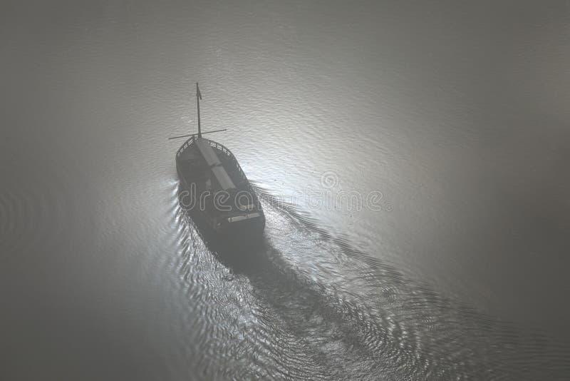 密封在海洋的移动的小船Arieal视图 免版税库存图片