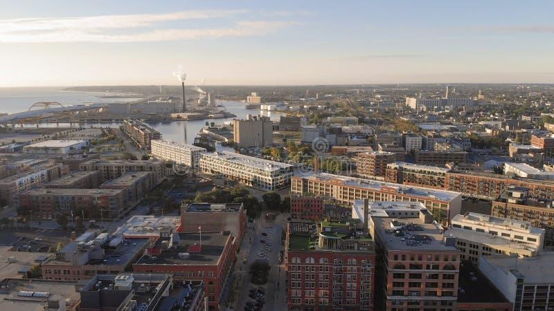 密尔沃基河在街市,密尔沃基,威斯康辛,美国港口区  不动产,公寓房在街市 鸟瞰图 库存照片