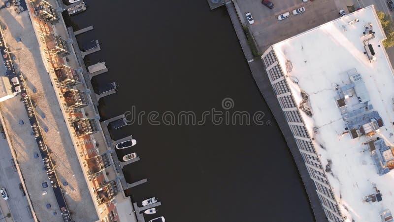 密尔沃基河在街市,密尔沃基,威斯康辛,美国港口区  不动产,公寓房在街市 鸟瞰图 免版税库存图片