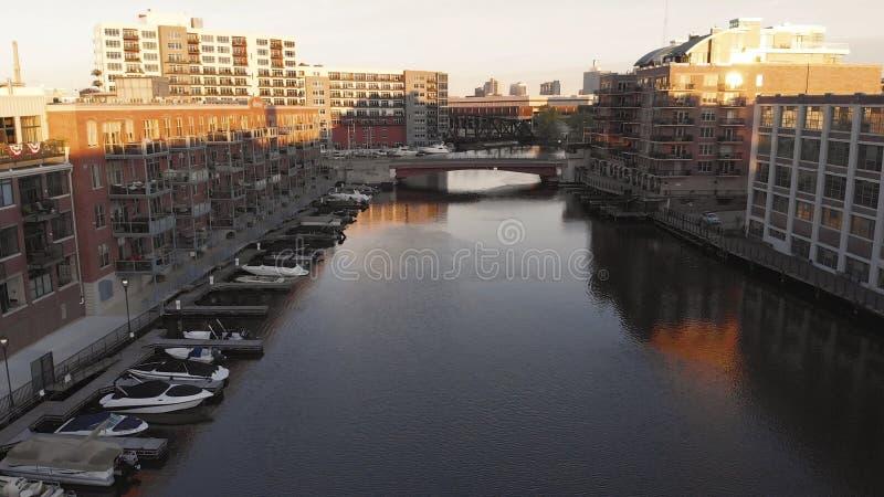 密尔沃基河在街市,密尔沃基,威斯康辛,美国港口区  不动产,公寓房在街市 鸟瞰图 免版税库存照片