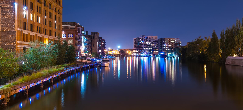 密尔沃基河步行在晚上 免版税库存图片