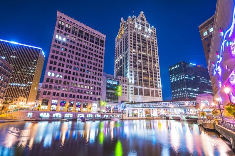 密尔沃基街市与反射在水中在晚上,密尔沃基, w 库存照片