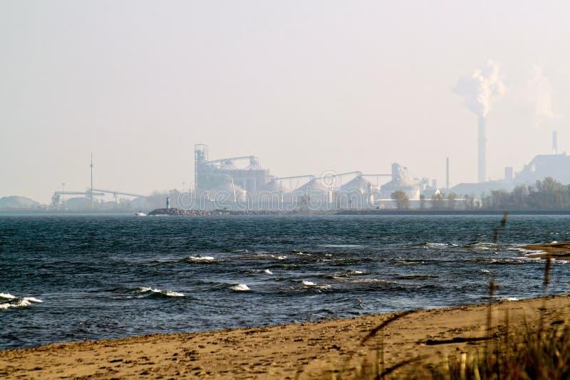 密执安市,印第安纳工业区遥远的看法  免版税库存图片