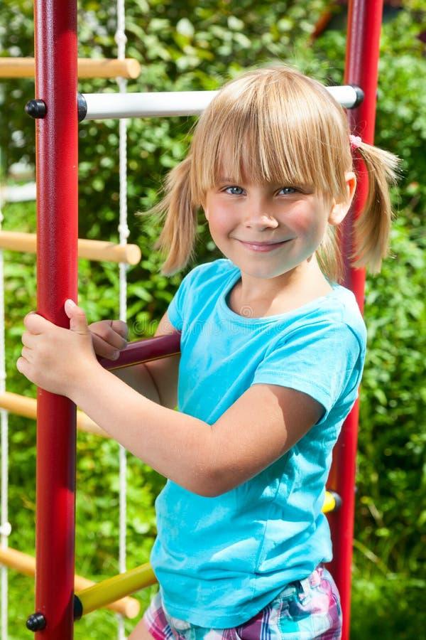 密林健身房的愉快的女孩 图库摄影