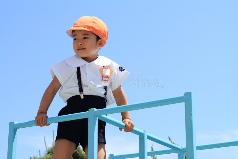 密林健身房的日本幼儿园孩子 免版税库存图片