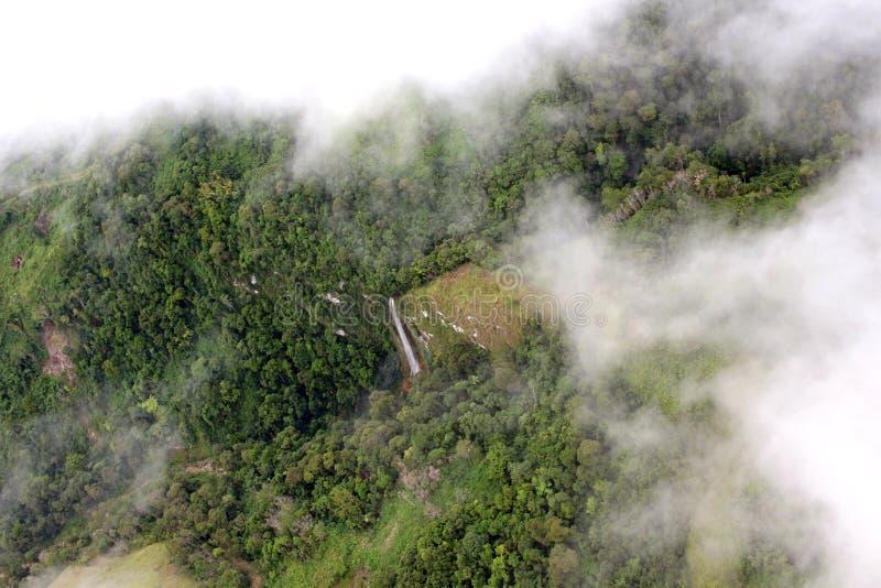 密林瀑布在巴布亚新几内亚 免版税库存照片