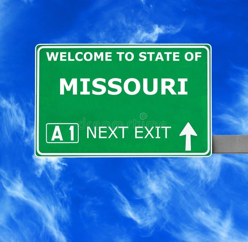 密苏里反对清楚的天空蔚蓝的路标 库存照片