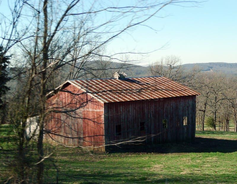 密苏里山脉的老红色谷仓 免版税库存照片