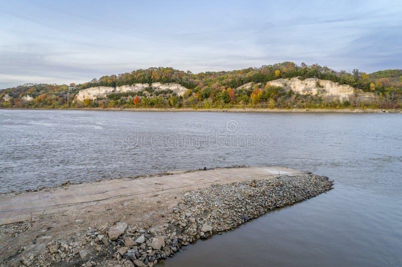 密苏里河和浅田落后鸟瞰图 免版税库存图片