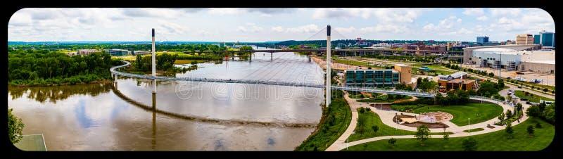 密苏里河,汤姆Hanafan广场全景鸟瞰图鲍伯克里步行桥奥马哈内布拉斯加和街市奥马哈 免版税图库摄影