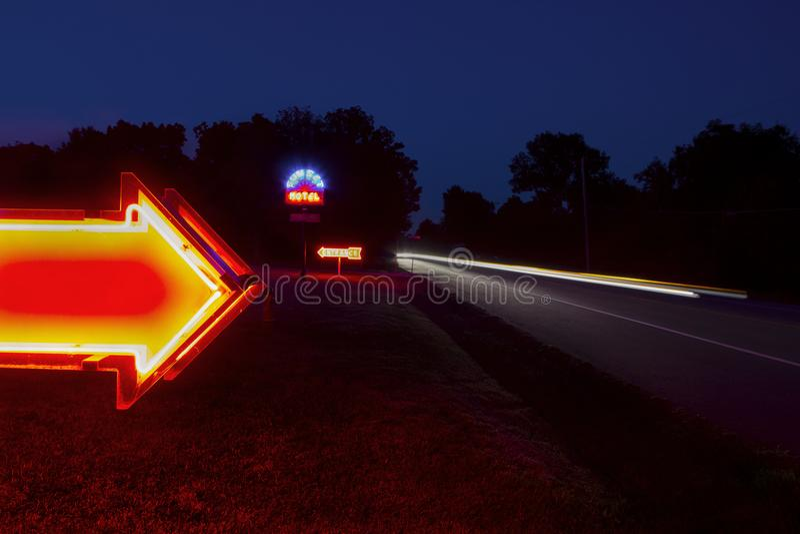 密苏里,美国-大约2016年6月-日落汽车旅馆霓虹灯广告在路线66的晚上 免版税图库摄影