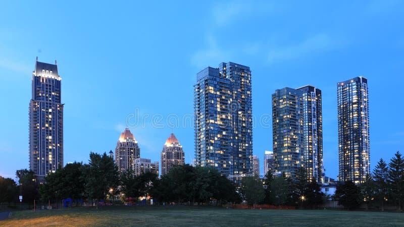 密西沙加夜视图,安大略市中心 免版税库存照片