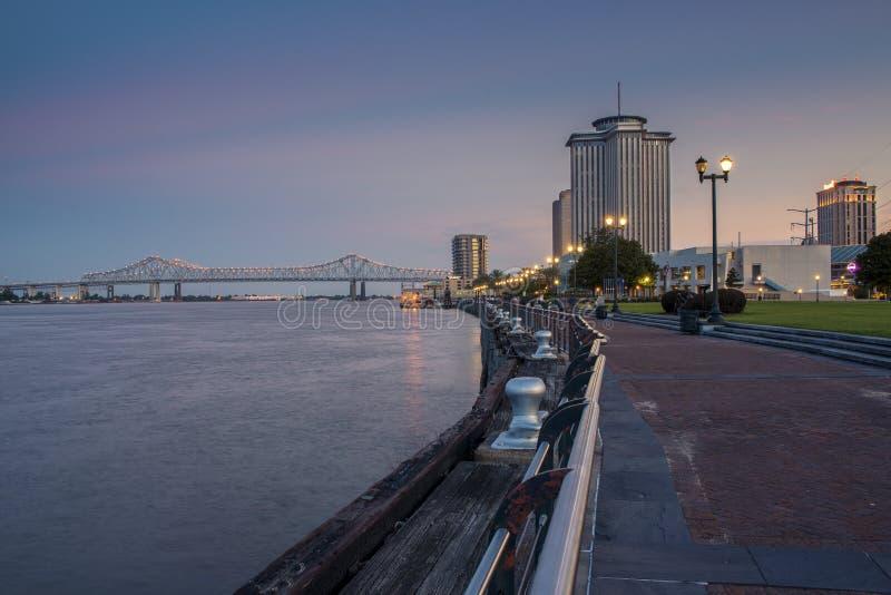 密西西比河的看法从新奥尔良河边区城市的,与在背景的伟大的新奥尔良桥梁在新 库存照片