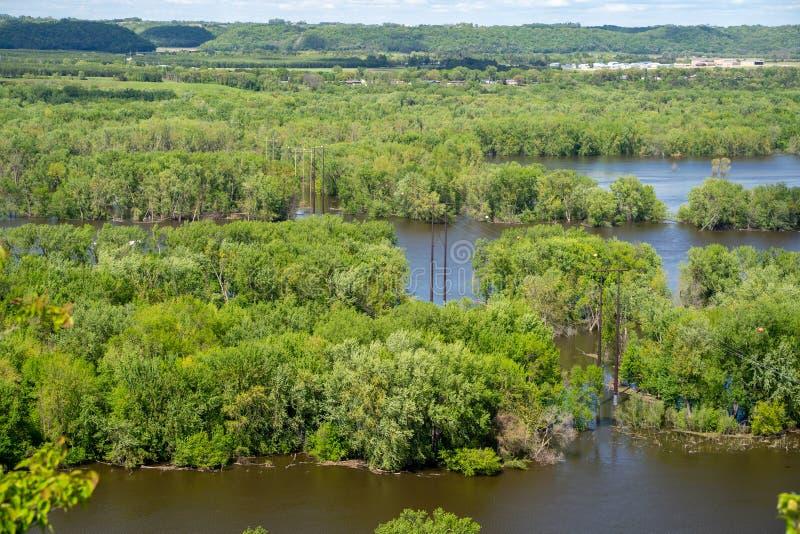 密西西比河的美丽的景色如被看见从从谷仓虚张声势供徒步旅行的小道的红色翼明尼苏达 免版税库存照片