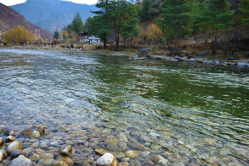 密集地被包装的住宅的看法在河Paro储河岸的在廷布,不丹 Paro是第二大城市在不丹 免版税库存图片