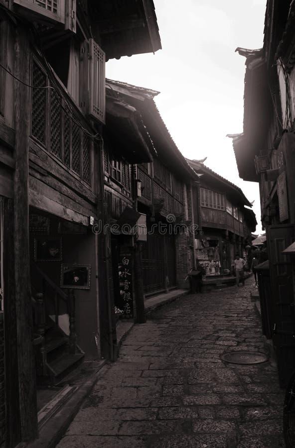 密集的瓦片房子在lijiang古镇 库存照片
