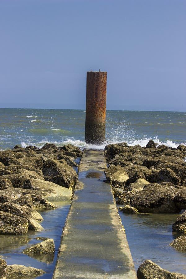 富丽海滩岩石露出  免版税库存照片