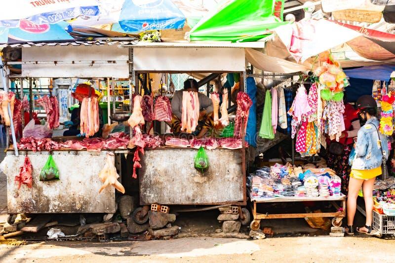 富国岛海岛,越南- 2018年2月26日:街道妇女供营商卖在传统食物市场上的肉 库存图片