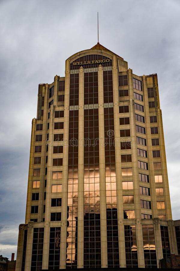 富国银行塔大厦的垂直的看法,罗阿诺克,弗吉尼亚,美国- 2 库存照片