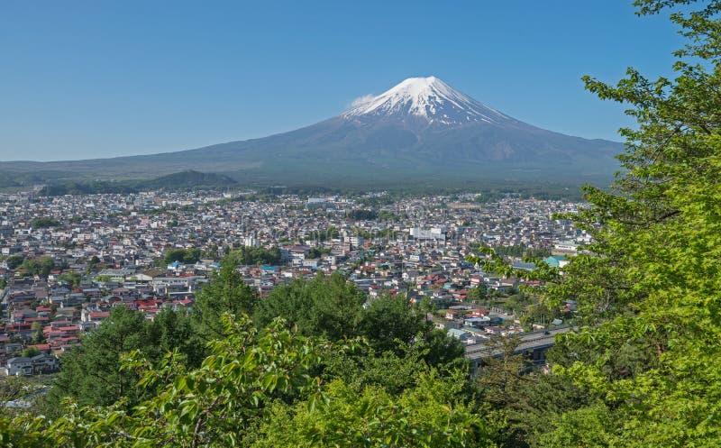 富士山和吉田市镇  库存照片