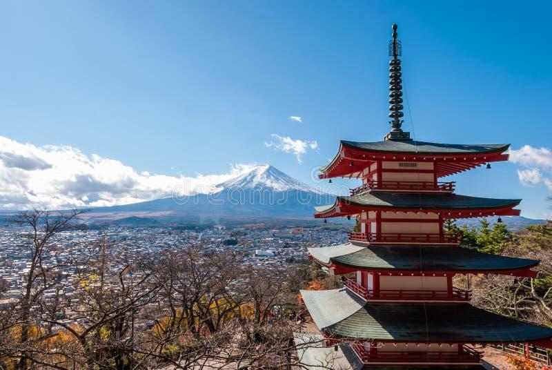 富士山和Chureito塔在秋天 免版税图库摄影
