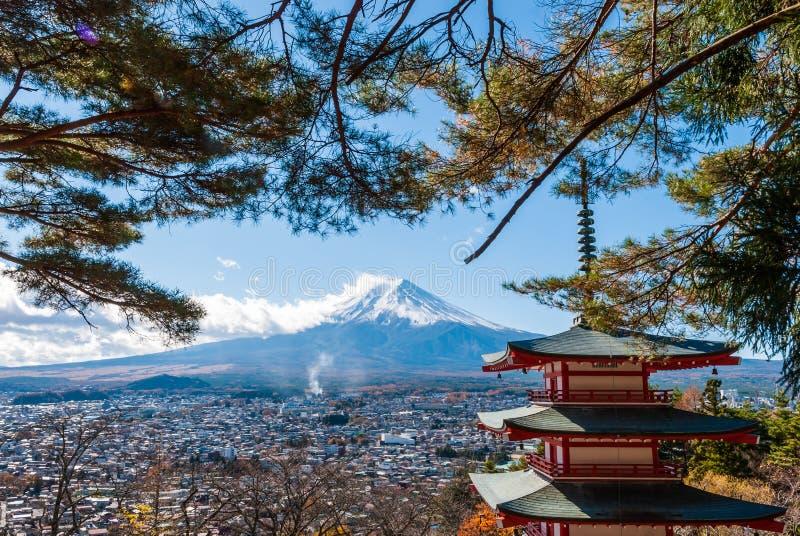 富士山和Chureito塔在秋天 免版税库存图片