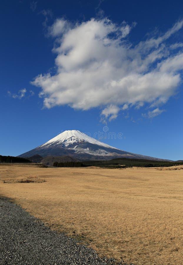 富士山在与蓝天和云彩的冬天 免版税库存照片