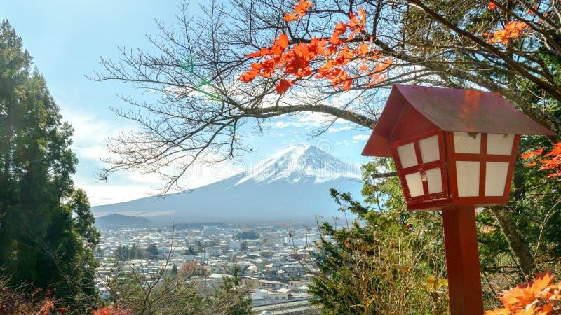 富士山看法有五颜六色的杉树一个美丽的前景的从Chureito塔观点在晴天,日本 免版税库存图片