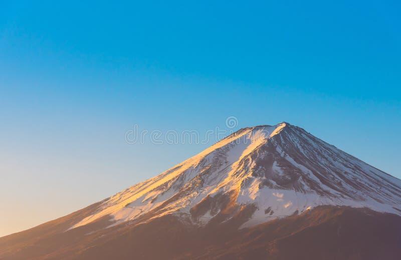 富士山视图和清楚的天空蔚蓝背景特写镜头与河口湖的在Kawaguchiko,富士山盖子JapanPeak  图库摄影